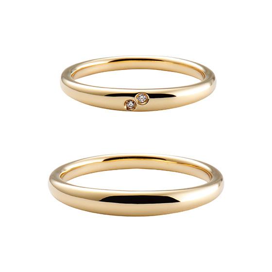 丸みをつけた着け心地の良い結婚指輪。表面にあしらったダイヤモンドは寄り添う2人をイメージ。