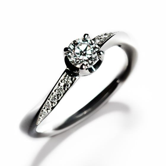 指にフィットするカーブランにダイヤモンドを敷き詰めた女性らしさが引き立つ婚約指輪。中心のダイヤモンドに向かってグラデーションに大きさを変えたことで、センターダイヤに輝きを集中させる。