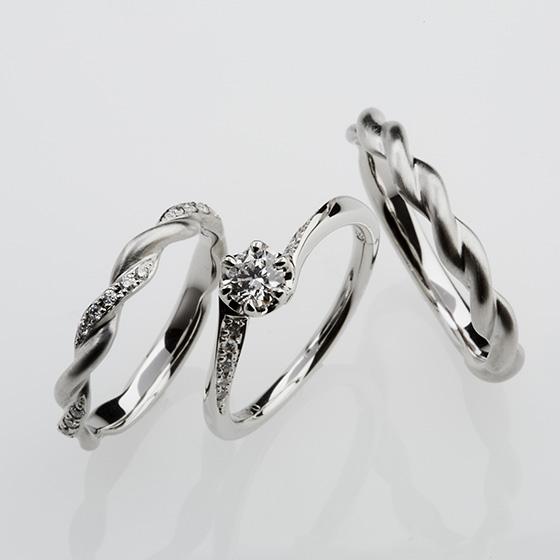 永遠を象徴する蔦模様をイメージした結婚指輪に重ねる、永遠の輝きを放つダイヤモンドが美しい婚約指輪。