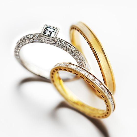 細身の2つのリングをシャープな印象のダイヤモンドが取り囲むセットリング。