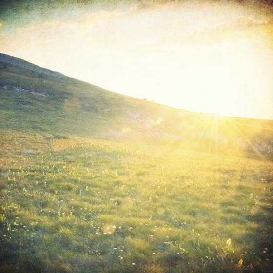 >だんだんと染まりゆく夕暮れの空は 日ごとに染まる想いの彩り