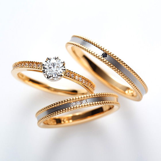 2色使いのコンビネーションタイプのセットリング。ダイヤモンドと艶消しのデザインもオシャレにみせてくれる。