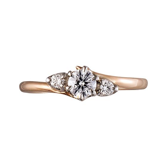 大粒のダイヤモンドを留め、ピンクゴールドが優しく包む婚約指輪。
