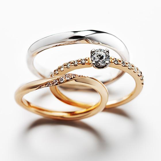 細身の婚約指輪(エンゲージリング)と結婚指輪(マリッジリング)を重ねたセットリング。