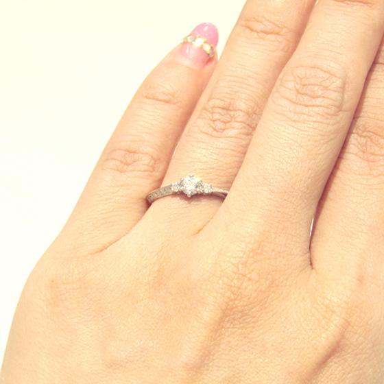 >サイドメレと、アームに敷き詰めらたメレダイヤの大きさが異なり周りと差がつくエンゲージリング♡
