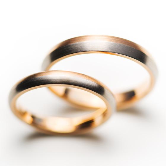 プラチナとゴールドを組み合わせたコンビネーションの結婚指輪。ダイヤモンドではない個性をだし、着け心地もこだわったマリッジリングです。