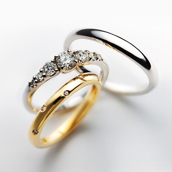 ダイヤモンドのセッティングが華やかに仕上げたセットリング。