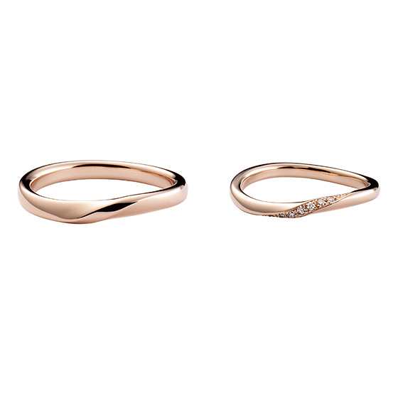 緩やかにカーブを描きながら立体的に生み出すダイヤモンドとゴールドの輝き。指に馴染みやすい着け心地と、程よいボリューム感が男女共に人気。