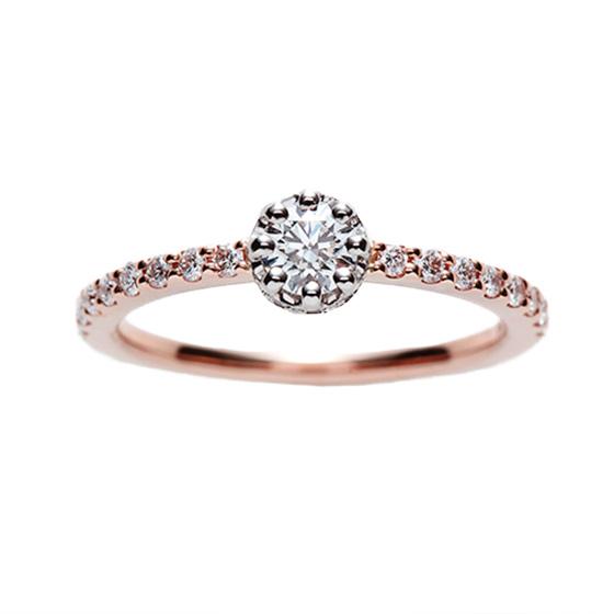 どの角度からもダイヤモンドが楽しめる細身の婚約指輪。