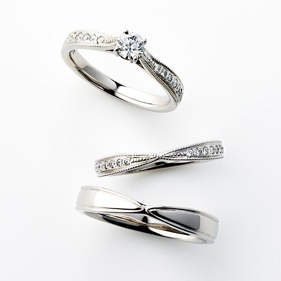 >真ん中に向かって絞ってあるデザインが、メインのダイヤモンドをぴったりと重ねることができる。程よいボリューム感が上品な印象を与えてくれます。