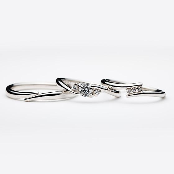 カーブラインが特徴的なセットリング。ダイヤモンドの留め方が違うことでお互いを引き立てるデザインです。