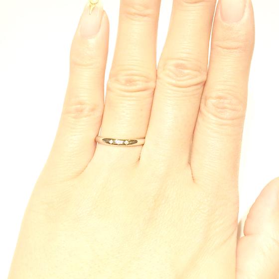 >丸みを帯びたアームと、シャープな印象のメレダイヤがオシャレ感をアップさせるエンゲージリング♪
