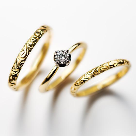シンプルな婚約指輪に彫模様の施した結婚指輪がオシャレな組み合わせのセットリング。