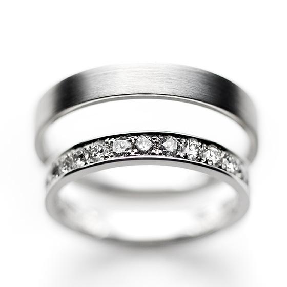 men'sは艶消しのストレートタイプ。lady'sはダイヤモンドを埋め込んで。シンプルだけど、人気の高いデザインです。