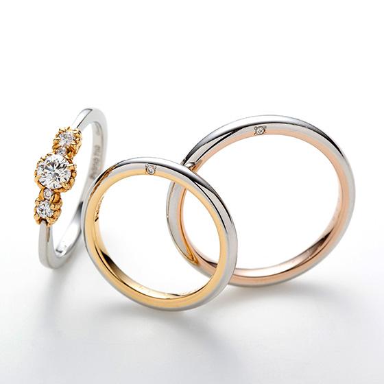 シンプルなストレートの結婚指輪に咲き誇る美しいお花畑。プラチナとゴールドの色味をバランスよくデザインされたセットリングです。