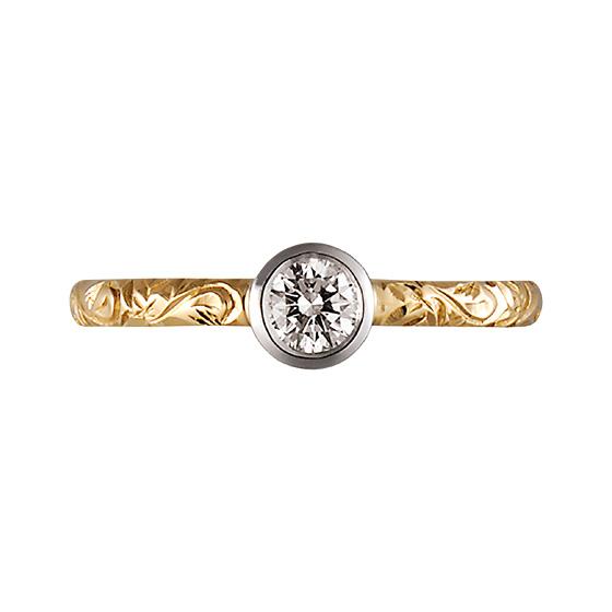 永遠を象徴する『蔦』の模様を施した婚約指輪。中心のダイヤモンドは埋め込みになっているので普段から婚約指輪を着けたい方にはぴったり。