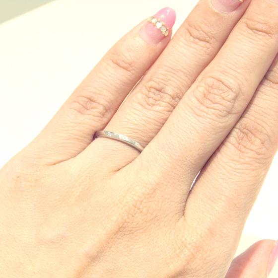 >埋め込まれたメレダイヤは引っ掛かりを気にする方にもオススメのデザイン。緩やかなカーブがフェミニンさをを演出♡