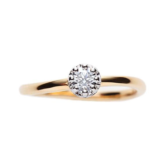 指をきれいにみせるカーブラインの婚約指輪。見た目はシンプル、サイドビューが美しくほかにはないデザイン。