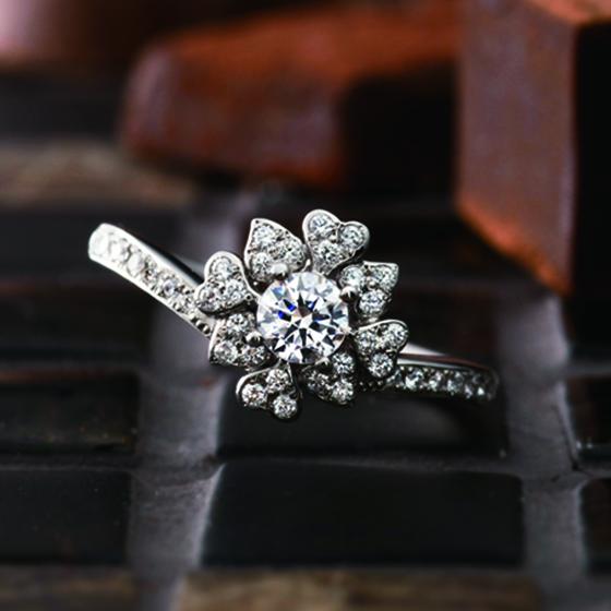 丁寧に折り重なった花弁を表現した婚約指輪。