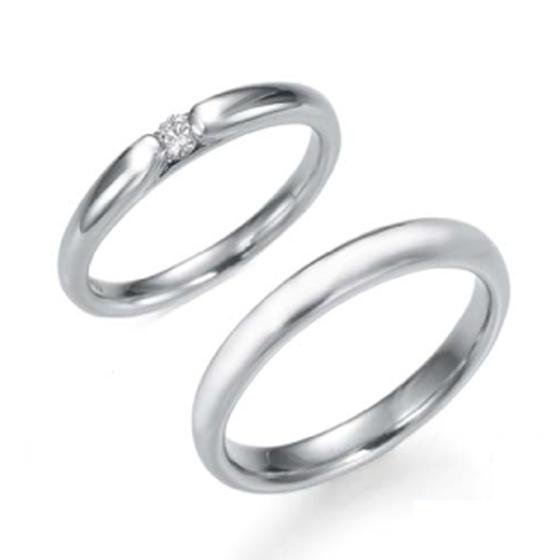 ワンポイントのダイヤがきらりと輝く、定番の甲丸タイプのリングです。エンゲージリングとの重ね着けがピッタリのデザインです。