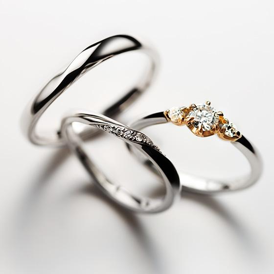 中央部分に輝きを集中させたセットリング。色味をかえた婚約指輪はダイヤモンドの印象を強くさせ、おしゃれに。