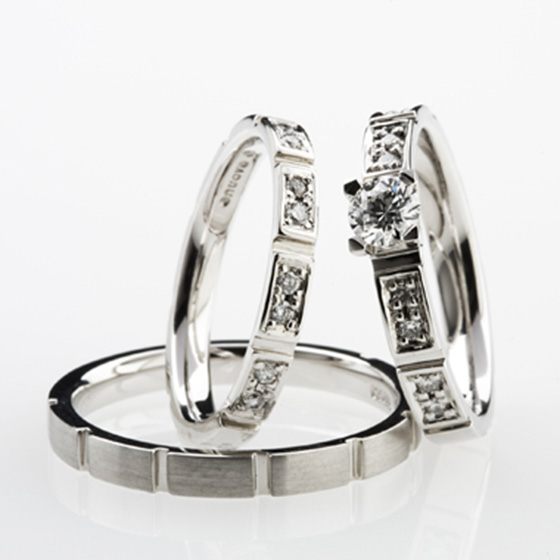 >ダイヤモンドをプラチナで囲みを作り、多方向に輝くデザインに仕上げました。
