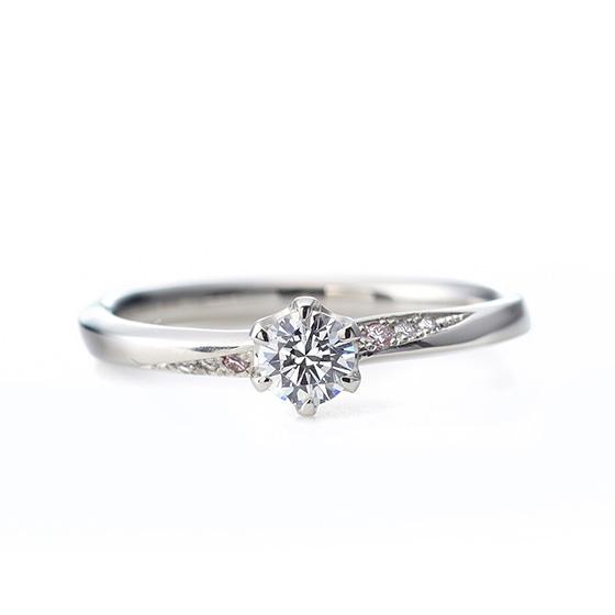 ストレートのデザインに中に流れのあるダイヤモンドのグラデーションが美しいエンゲージリング。ピンクダイヤモンドをさり気にあしらって…