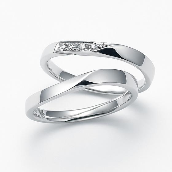 中央でひねりを加えたストレートタイプのマリッジリング。程よくバランスのとれたダイヤモンドの配置がさりげなく、着けやすいデザインです。