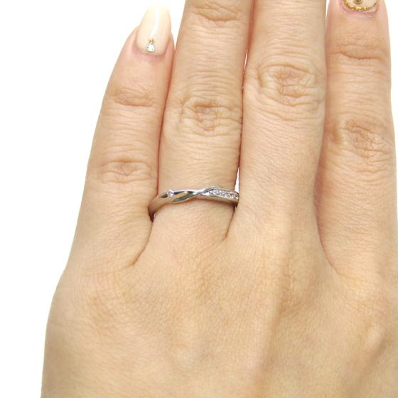 ひねりラインになっていて存在感がある結婚指輪(マリッジリング)。