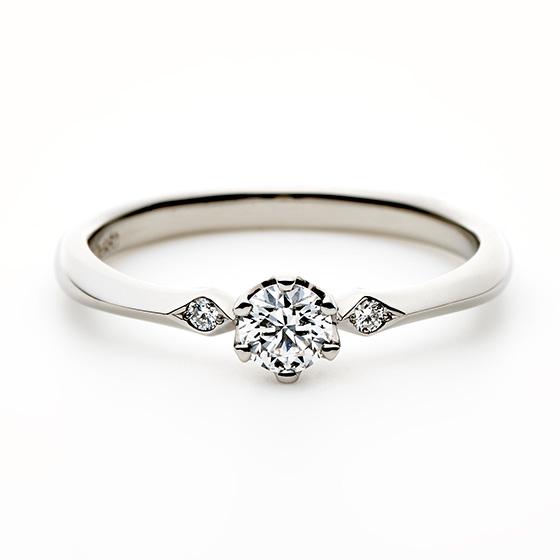サイドのメレダイヤモンドのセッティングが流れがあり美しく、メインのダイヤモンドをより引き立たせるデザインです。