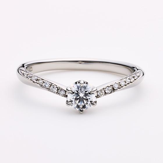 細身のV字ラインがゆび長効果をもたらし、メインのダイヤモンドの存在感を引き立たせるデザインとなっております。