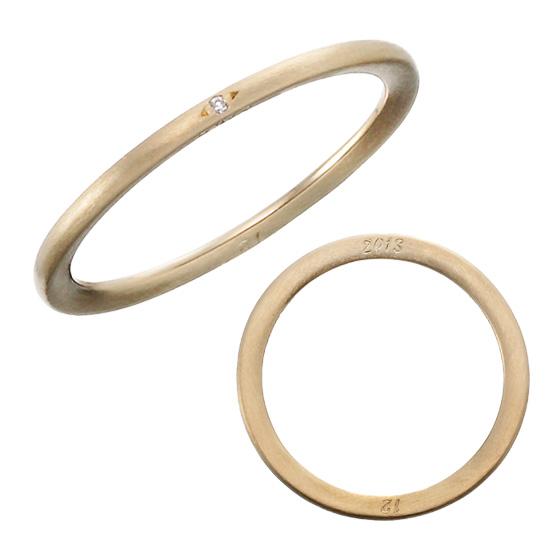 リングの側面に2人の記念日を刻印して…細身のリングに施された2人だけの秘密です。
