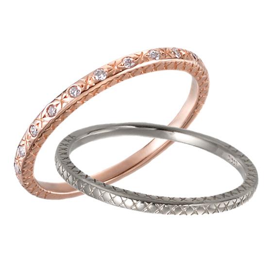 リングの表面と側面にデザインを施したストレートタイプの結婚指輪。細身のデザインなので、重ね着けでも楽しめます。