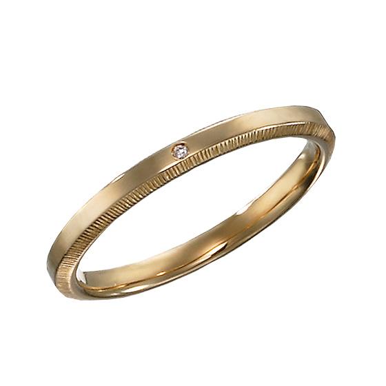 側面に細かなカットを施した結婚指輪。指先が動くたびに、きらりと光る繊細なリングです。