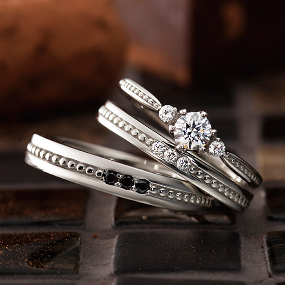 ミル打ちとダイヤモンドをそれぞれにセッティングしたおそろいのデザインのセットリング。