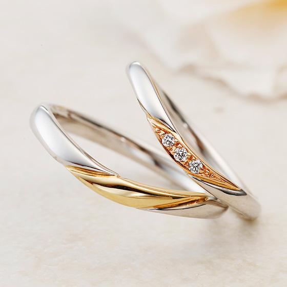 穏やかなカーブを描いたコンビネーションタイプの結婚指輪。指をきれいに魅せるカーブが美しい。