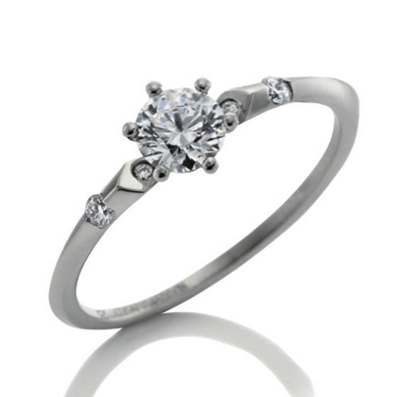 エッジのついた細身で繊細なリングが、センターのダイアモンドを引き立てるエンゲージリング。