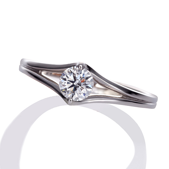 ダイヤモンドを2点の爪で留めたスタイリッシュなデザイン。ダイヤモンドの輪郭を楽しめる婚約指輪です。