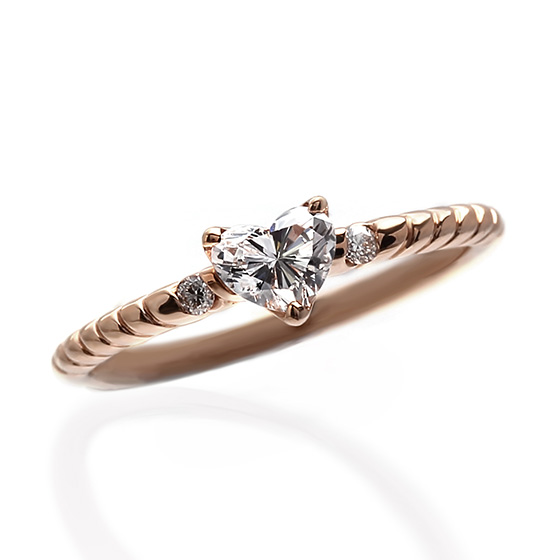 ハート型のダイヤモンド専用のエンゲージンリング。リング部分に装飾を加えることでかわいらしさだけでなく大人な女性を演出してくれます。