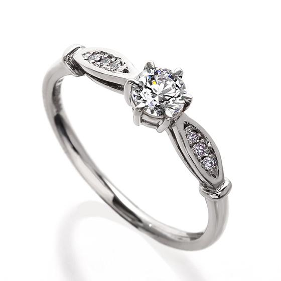 英国調のデザインでかっちりとした印象に。どことなくクラシカルでエレガントな雰囲気も魅力のリング。