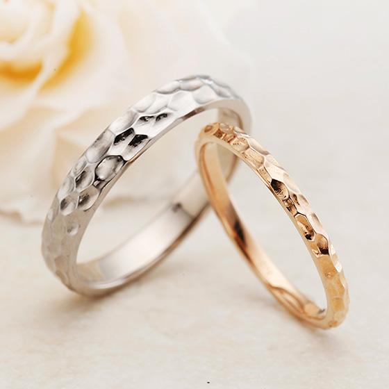 表面に凹凸をつけた槌目模様の結婚指輪。lady'sは細身に仕上げているので上品な印象に。