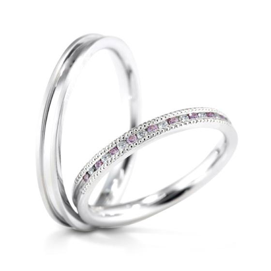 細身のシルエットに、細かなダイヤモンドを敷き詰めたマリッジリング。