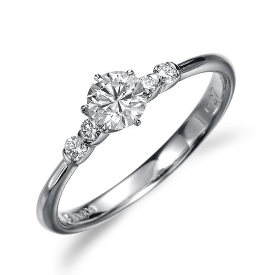 脇に2石づつダイヤをつけても繊細なアームの為、ごつくならず華奢なタイプになっております。