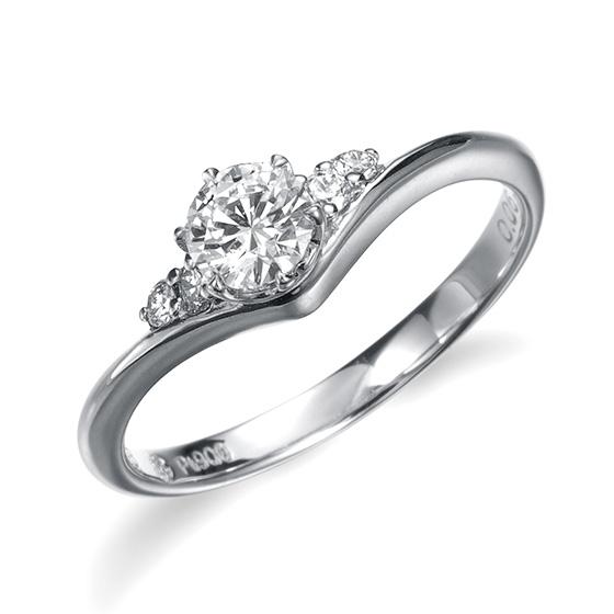 V字の繊細なラインに、センターと脇のダイヤが乗った感じの、個性的で可愛らしいデザインです。