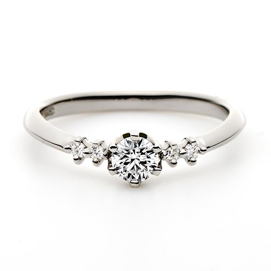 中央のダイヤモンドに寄り添い、お指全体をきらめく爪留のセッティング。