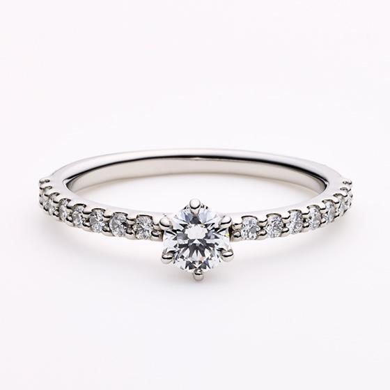 お指をダイヤモンドで埋め尽くされた、エタニティタイプのエンゲージリング。