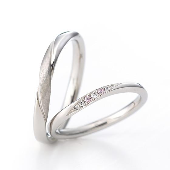 >斜めにセットされたダイヤモンドは、リングの丸みに沿わせ立体的な印象に。men'sに施された艶消し加工もオシャレ。