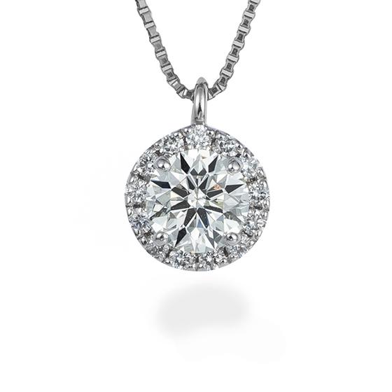 メインのダイヤモンドに小さなメレダイヤを添えた上品で華やかなネックレス。