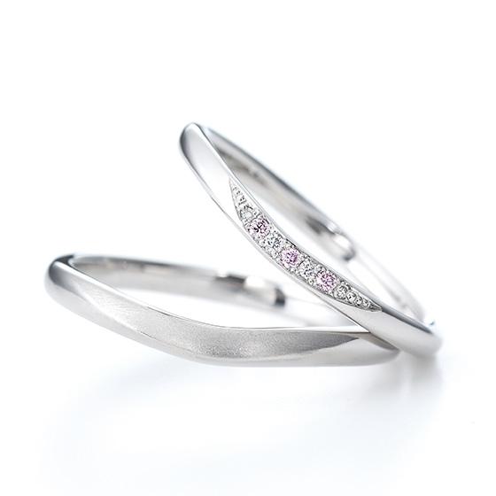 細身のシルエットにダイヤモンドの流れのあるデザインがオシャレ。緩やかなカーブラインも女性の指をきれいにみせてくれます。