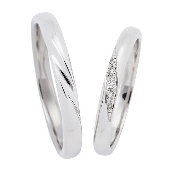 ストレートタイプに斜めに流れるようにデザインが入った結婚指輪(マリッジリング)。リーズナブルなのでご予算重視の方におすすめ。